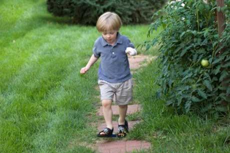 вот какой ловкий мальчик бежит, красиво так через лужи перепрыгивает